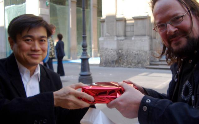 Personas intercambiando un regalo. El principio de reciprocidad es uno de los principios de influencia presentados en esta wiki. Intercambiarse un regalo nos obliga a devolver el favor. Fotografía de David Orban. Descargada desde: https://flic.kr/p/4BrPHD. Licencia CC BY 2.0