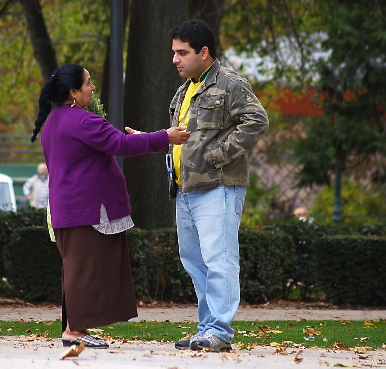 Gitana ofreciendo Romero en el Parque del Retiro de Madrid. Fotografía de Antonio Fiol. Licencia CC BY 2.0