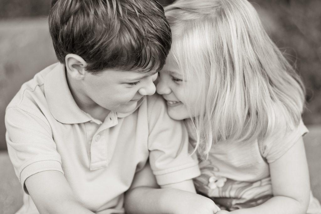 Una niña y un niño abrazados sonriendo. Foto de Shannon White. Descargada de: https://flic.kr/p/9rXnQn. Licencia CC BY