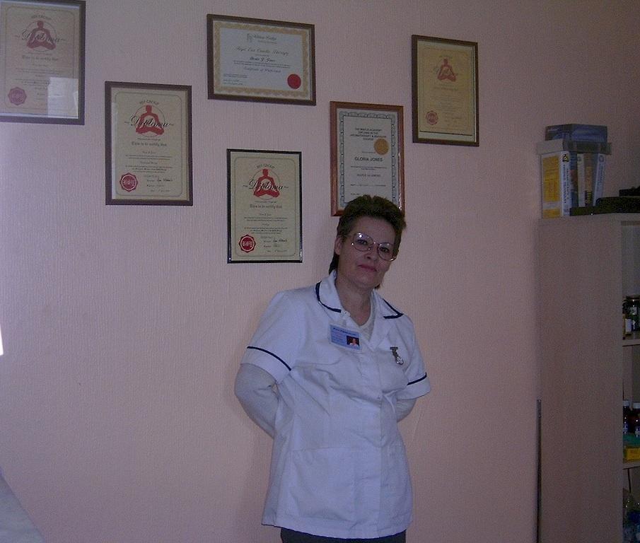Principio de autoridad - Gloria Jones mostrando sus diplomas en la pared. Imagen tomada de https://flic.kr/p/3FKrCH. Licencia CC BY 2.0.